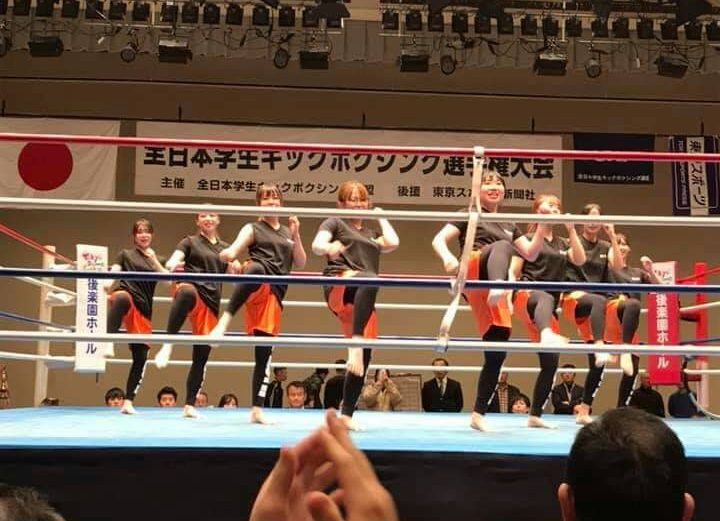 フィットネスキックボクシングエクササイズのデモンストレーションに登壇